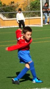 Jugador del Getafe golpeando al balón